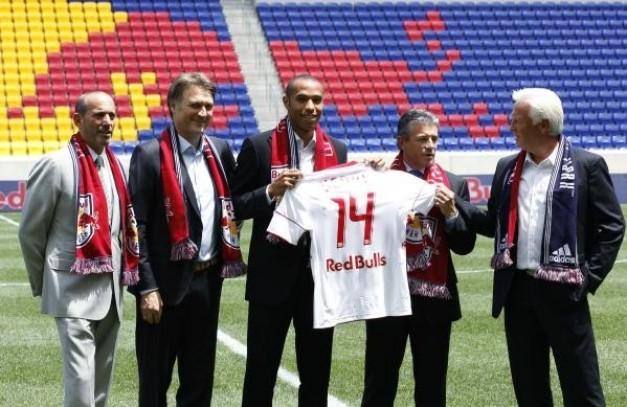 Astro del fútbol francés Thierry Henry posa con su nueva camiseta después de unirse a la Major League Soccer (MLS) New York Red Bulls en el Red Bull Arena de Nueva Jersey en Harrison
