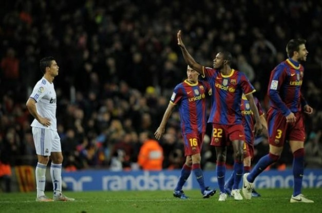 Abidal operado con éxito. - Página 3 Barcelona-espana-29-noviembre-cristiano-ronaldo-real-madrid-l-mira-como-eric-abidal-2ndr-gestos-barcelona-despues-barcelona-marco-cinco-goles-contra-real-madrid-partido-liga-espanola-barcelona-re-rf_314577