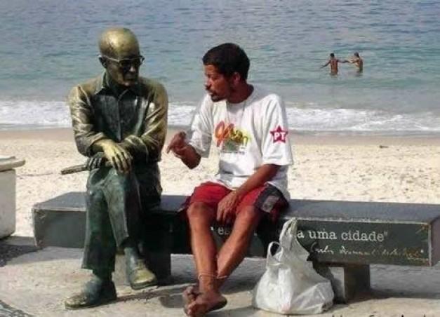 http://www.resultados-futbol.com/borracho-hablando-estatua-rf_128676.jpg