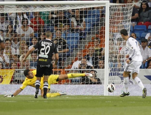 Cristiano ronaldo marcando su 2 gol ante el granada liga 2012 13