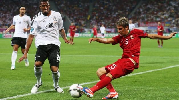 Fábio Coentrão manda un centro a pesar de la presión de Jérôme Boateng