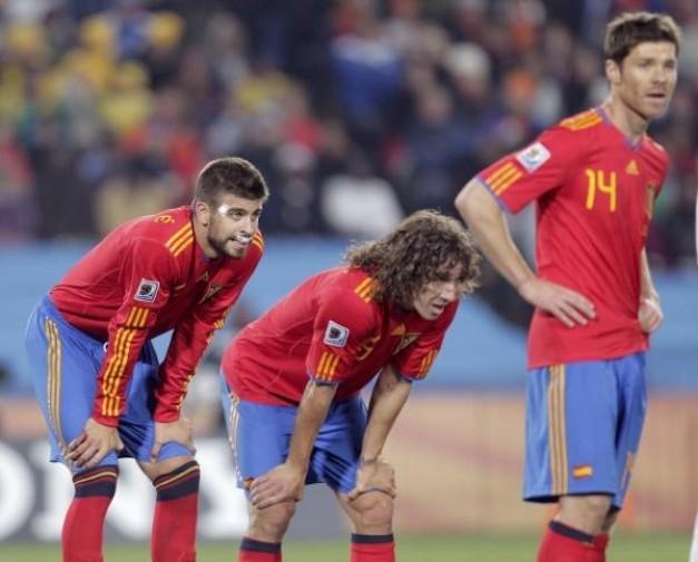 El Senior - Xabi Alonso - Page 6 Gerard-pique-espana-companeros-equipo-carles-puyol-xabi-alonso-tomarse-respiro-mientras-esperan-sustitucion-johannesburgo-rf_168040