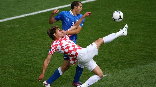 Jelavic intenta rematar de chilena ante la defensa de Chiellini