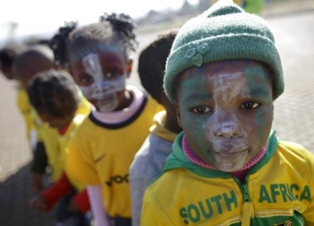 Los niños con las caras pintadas con los colores de varias naciones ...