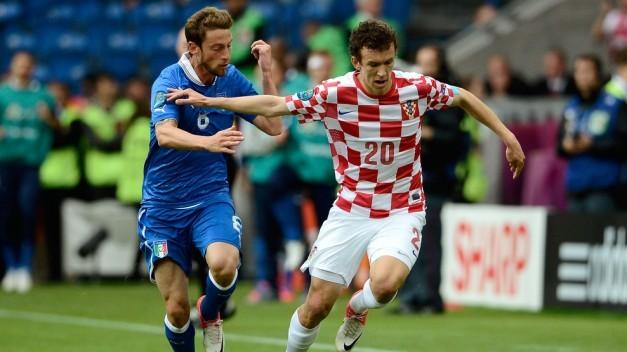 Perisic y Marchisio luchan por un balón
