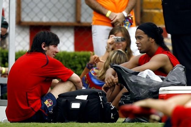Ronaldinho y Messi relajados en un entrenamiento