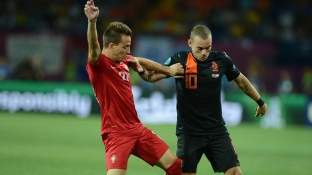 Sneijder y Pereira pelean por un balón